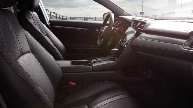 Zijaanzicht interieur Honda Civic Black Edition.
