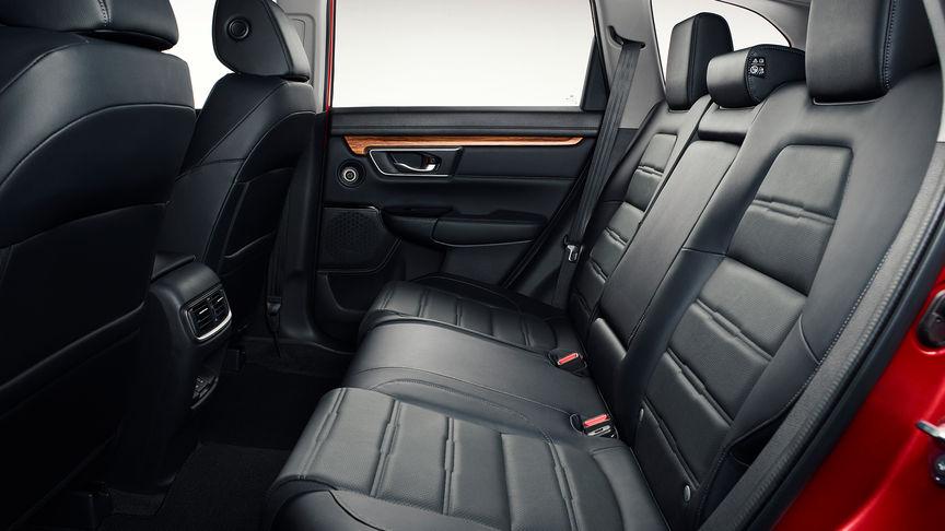 Zijaanzicht van het interieur van de Honda CR-V om ruimte te tonen.
