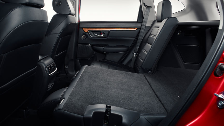 Zijaanzicht van het interieur van de Honda CR-V met de achterbank neergeklapt.