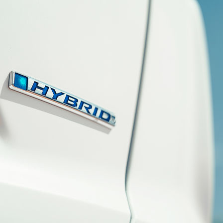 Close-up van logo Honda CR-V Hybrid.