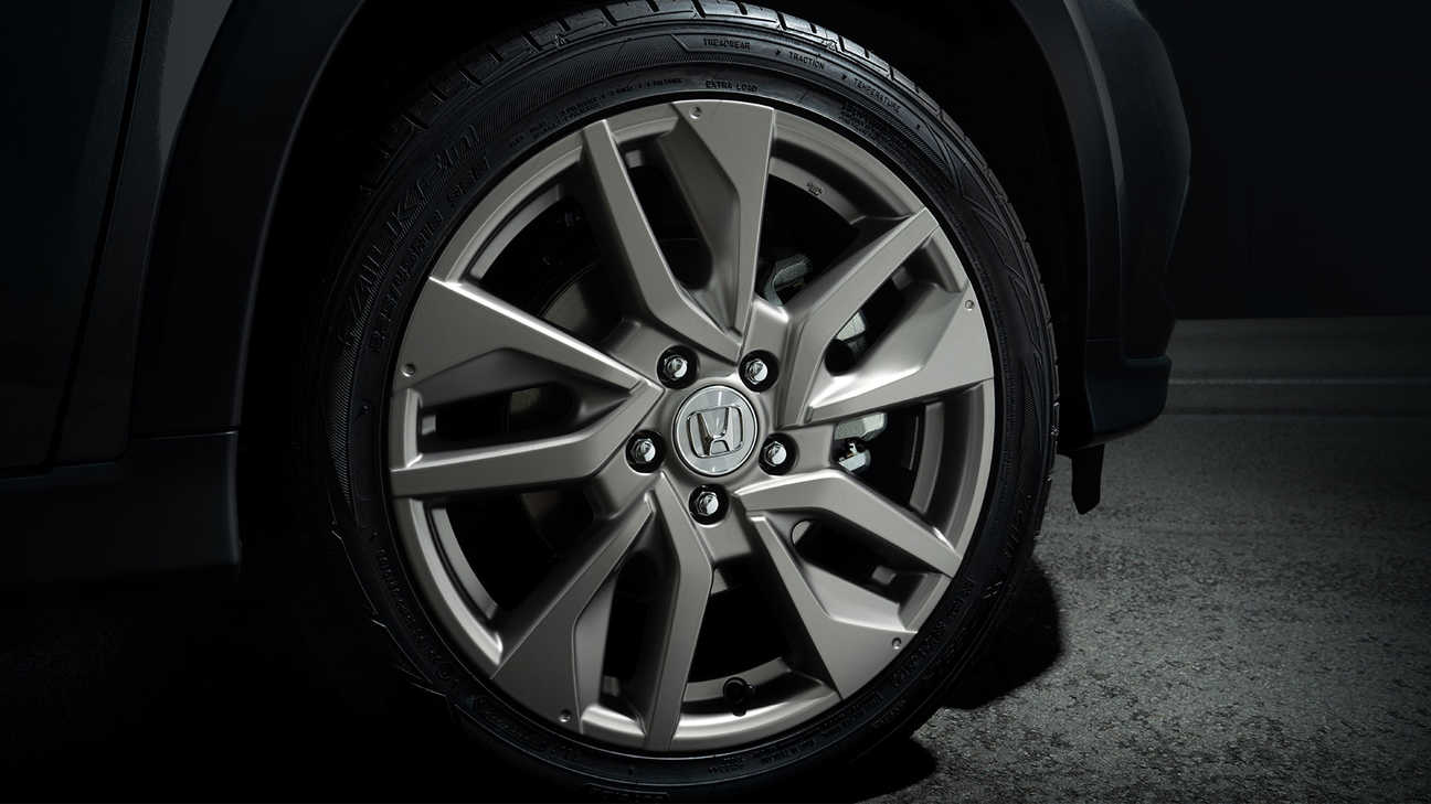 "Close-up van Honda HR-V Legend 18"" lichtmetalen velg in titanium met matte heldere voering."