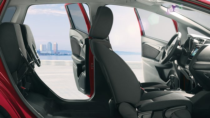 Zijaanzicht uitsnede Honda Jazz om interieur en Magic Seats te tonen.