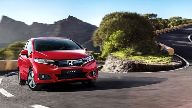 Driekwart vooraanzicht Honda Jazz op een kronkelig bergweggetje.