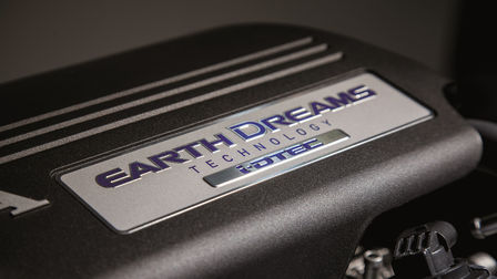 Close-up van Honda Earth Dreams-motor.