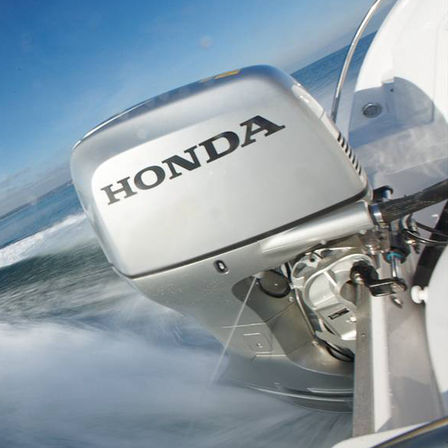 Close-up van een Honda motor, kustlocatie.