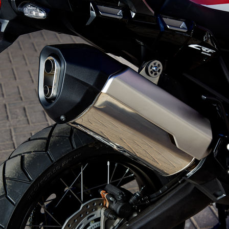 Close up van uitlaat Honda Africa Twin.