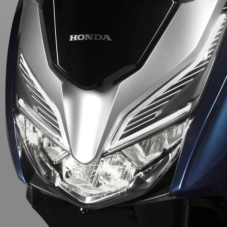 Close-up van Honda Forza 300 LED koplampen.