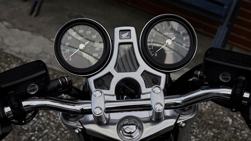 Close-up van klokken Honda CB1100 RS.